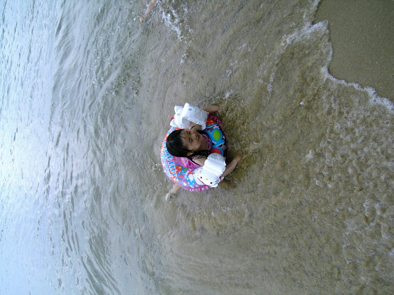 雨の中で海水浴(>_<)